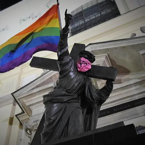 Pomnik Chrystusa z flagą LGBT